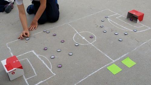 jugando a las chapas en la calle