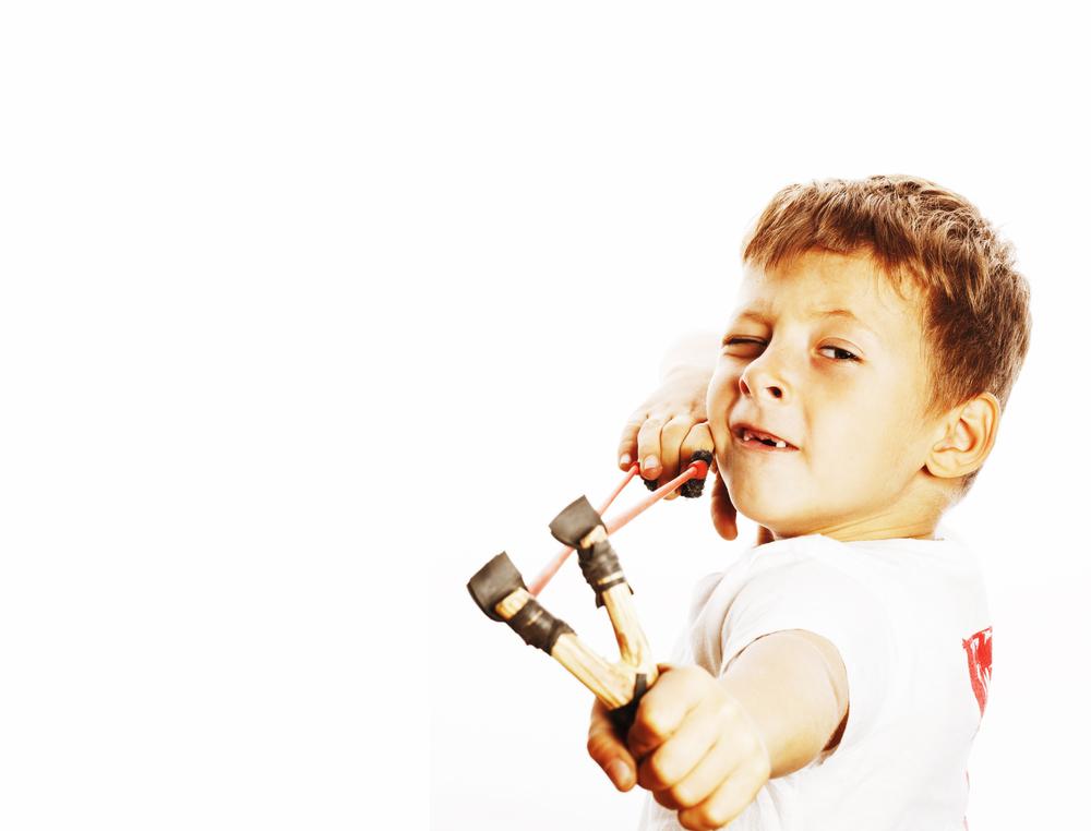 niño con tirachinas